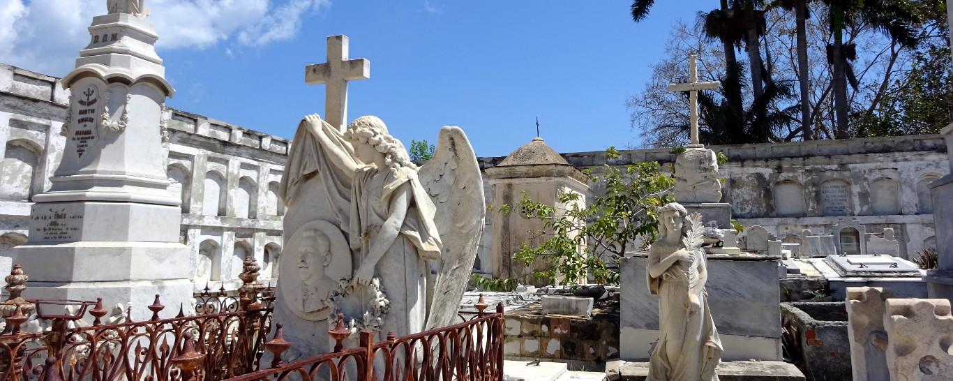 Esculturas en el cementerio de Reina, en Cienfuegos