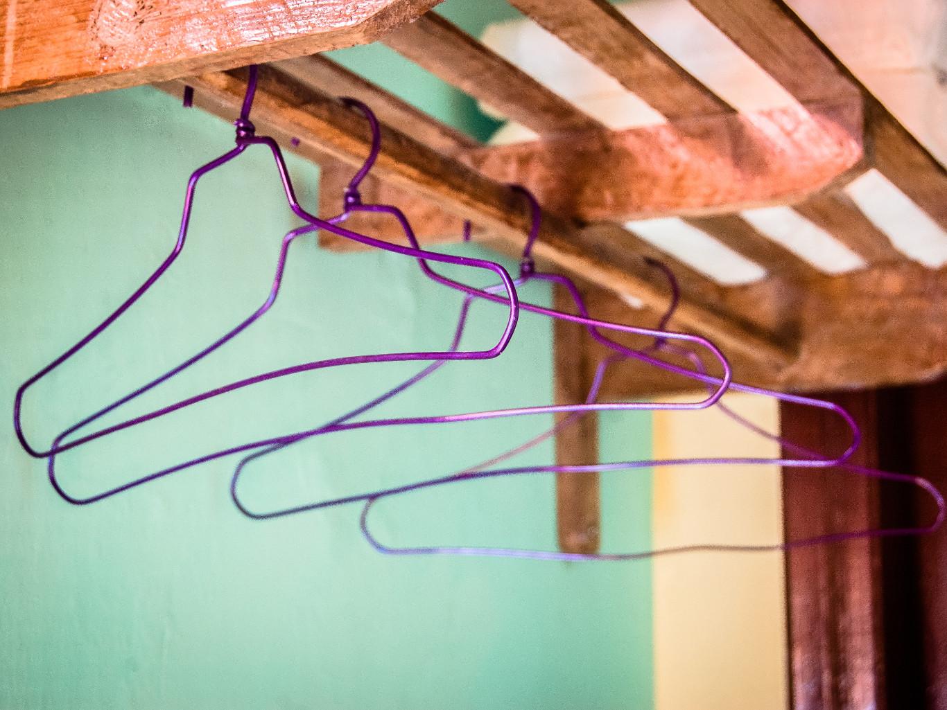 Espacio para colgar ropa en habitación 1 de Marilope Hostal