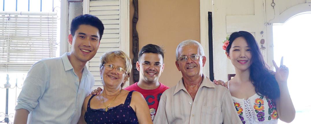 Cristina, Samuel y Gabriel López con Choi y Kim, los primeros coreanos en Marilope Hostal
